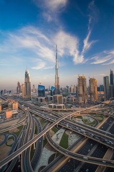 Dubai skyline in de avond