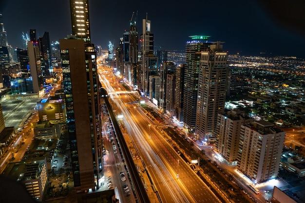 Dubai skyline in de nacht, verenigde arabische emiraten