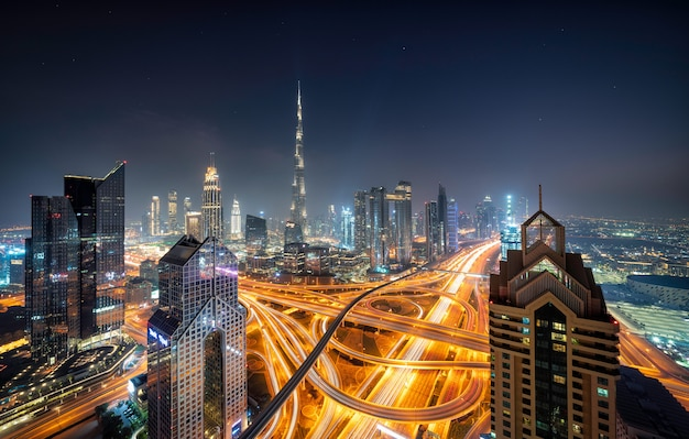 Dubai skyline in de nacht