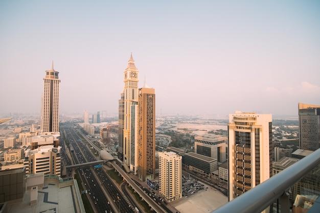 Dubai skyline in zonsondergang tijd, verenigde arabische emiraten