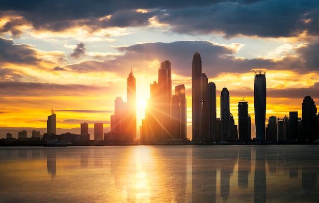Dubai skyline tijdens schemering