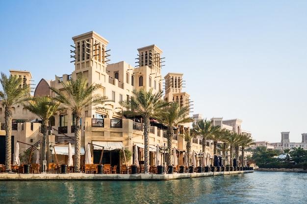 Dubai. souk madinat jumeirah in dubai in de vroege ochtend.
