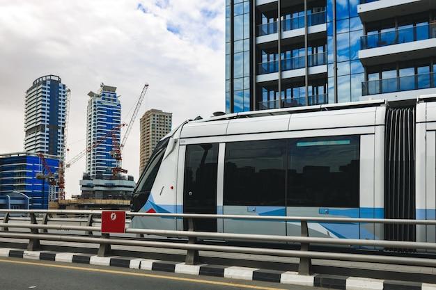 Dubai tram openbaar vervoer in een straat