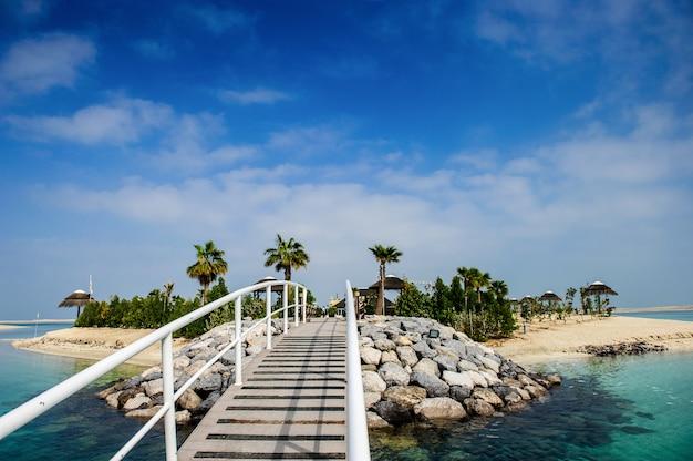 Dubai, vae: uitzicht op het kunstmatige eiland libanon, gelegen in de ontwikkeling van de wereldeilanden in dubai. het eiland is de eerste ontwikkeling die zijn deuren opent voor het publiek.
