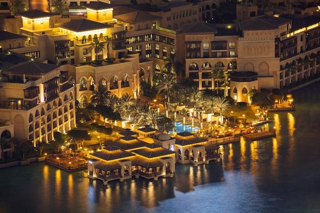 Dubai, verenigde arabische emiraten, 1 augustus 2021, nachtzicht vanaf het palace downtown hotel