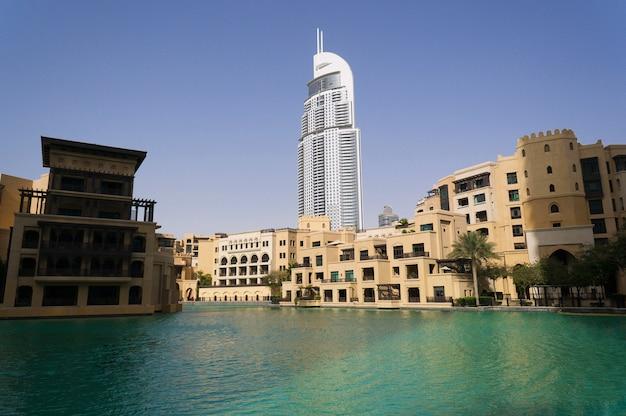 Dubai, verenigde arabische emiraten - 15 januari 2016: het paleis downtown dubai en het adres downtown hotels in dubai, oae