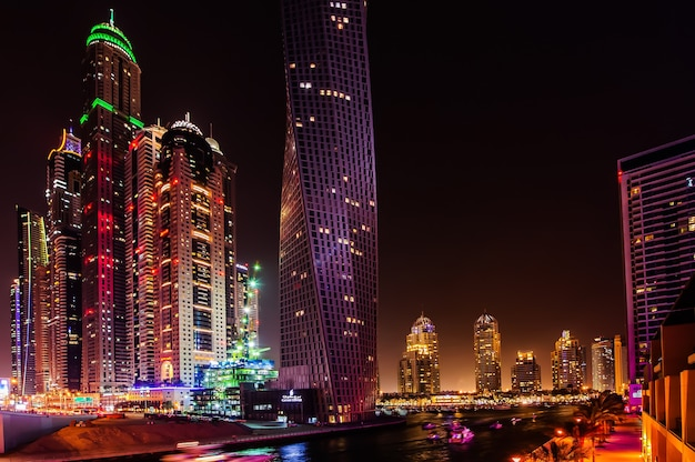 Dubai, verenigde arabische emiraten - 21 maart: dubai marina in de schemering 21 maart 2016, dubai, verenigde arabische emiraten. in de stad met een kunstmatige kanaallengte van 3 kilometer langs de perzische golf.