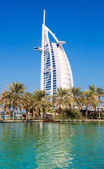 Dubai, verenigde arabische emiraten - 26 november: burj al arab hotel op 26 november 2014 in dubai, verenigde arabische emiraten. burj al arab is het luxe 5-sterrenhotel dat is gebouwd op een kunstmatig eiland voor het strand van jumeirah