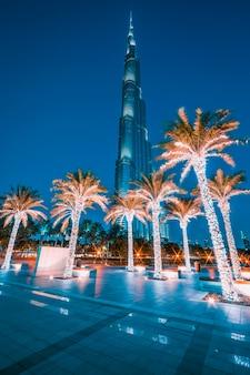 Dubai, verenigde arabische emiraten - 27 november: burj khalifa 's nachts op 27 november 2014 in dubai, verenigde arabische emiraten. burj khalifa is momenteel het hoogste gebouw ter wereld, op 829,84 m (2723 ft).