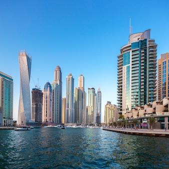 Dubai, verenigde arabische emiraten - 27 november: moderne gebouwen in dubai marina, dubai, verenigde arabische emiraten. in de stad met een kunstmatige kanaallengte van 3 kilometer langs de perzische golf, genomen op 27 november 2014 in dubai.