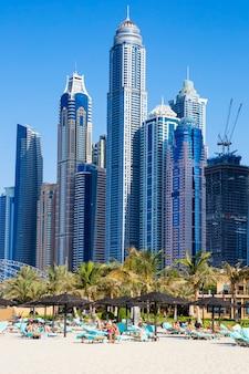 Dubai, verenigde arabische emiraten - 28 november: toeristen ontspannen op stadsstrand, 28 november 2014 in dubai. jaarlijks bezoeken meer dan 10 miljoen mensen de stad.