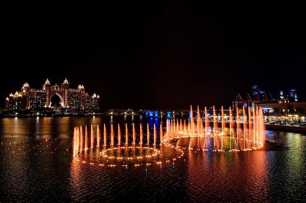 Dubai, verenigde arabische emiraten - 5 februari 2020 fontein in dubai's the pointe in palm jumeirah bevestigd als de grootste ter wereld