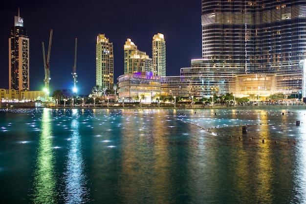 Dubai, verenigde arabische emiraten de beroemde fontein in het meer bij de burj khalifa vóór de uitvoering