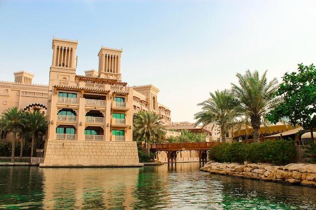 Dubai, verenigde arabische emiraten. december, 2014. uitzicht op madinat jumeirah hotel luxe 5-sterren met kunstmatige grachten op zonnige heldere dag. uitzicht vanaf de boot abra