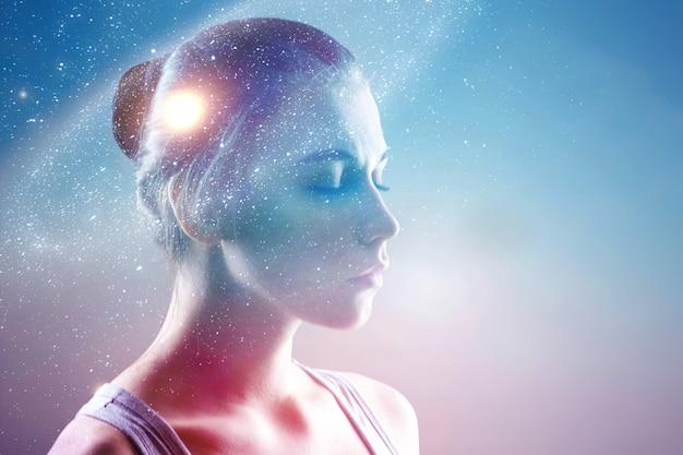Dubbel belichtingsportret van het gezicht van een jonge dromer met de ruimte van het melkweguniversum