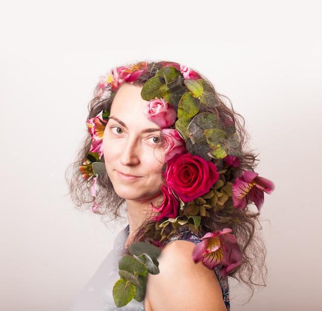 Dubbel belichtingsportret van mooie vrouw en bloemen