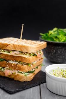 Dubbel broodje op leisteen met salade en spruitjes