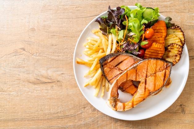 Dubbel gegrilde zalm steakfilet met groente en frietjes