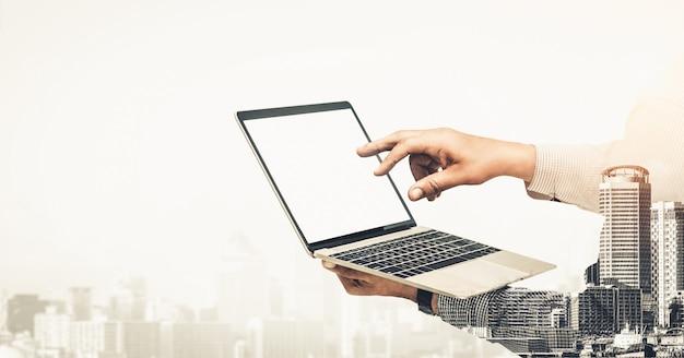 Dubbele belichting afbeelding van zakenman gebruik computer