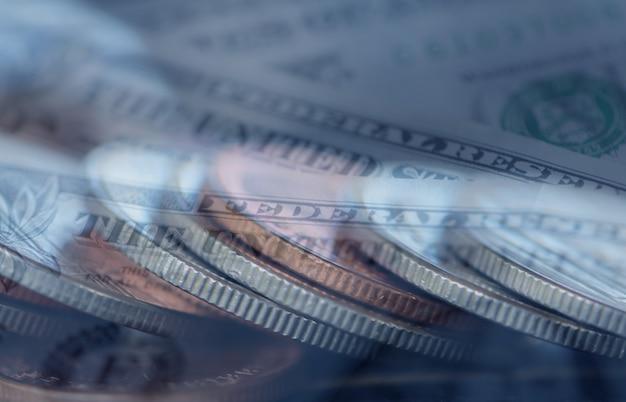 Dubbele belichting rijen munten met geld voor zaken