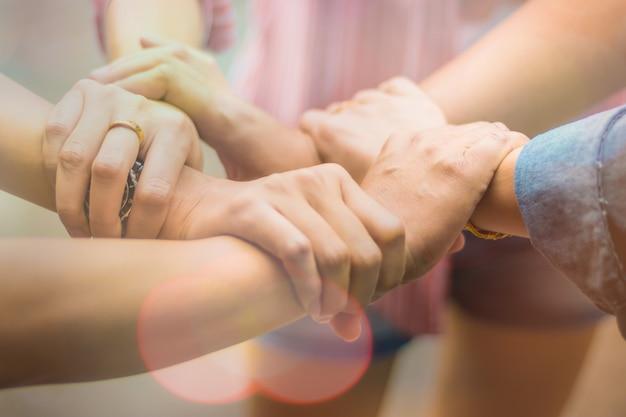 Dubbele blootstelling groep mensen handen waren samenwerking om te vertrouwen in zakelijk succes concept van teamwork partnerschap in bedrijf