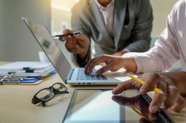 Dubbele blootstelling van bedrijfsmensenhand die aan laptop computer aan houten bureau met sociaal media netwerkdiagram werken