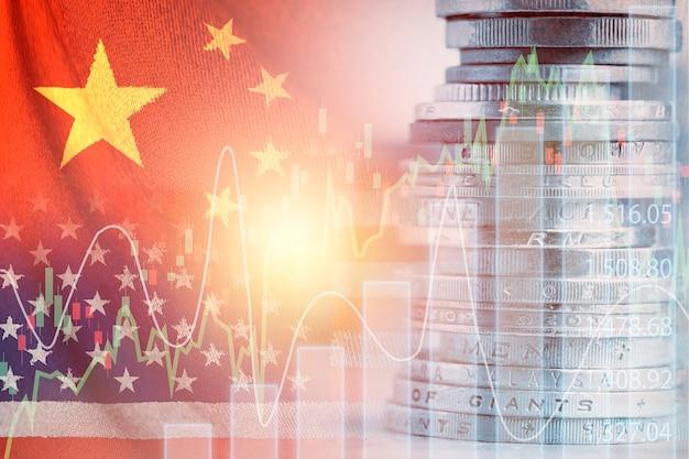 Dubbele blootstelling van de vlag van de vs en china op het stapelen van munten. het is een symbool van de economische crisis tijdens de spanningen tussen de handelsoorlog tussen de vs en china.