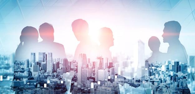 Dubbele blootstelling van veel zakelijke mensen conferentiegroep vergadering op stadskantoor buildin