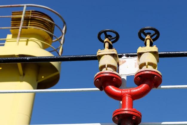 Dubbele brandkraan op het bovendek van een vrachtschip