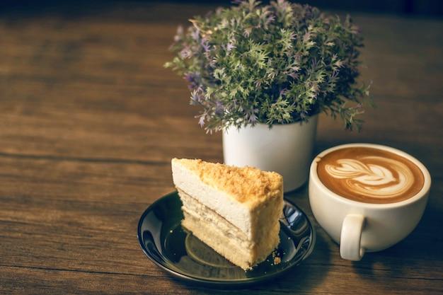 Dubbele cheesecake uit een kom met een kopje koffie