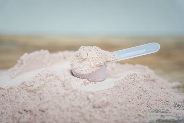Dubbele chocolade weiproteïne poeder scoop voeding gezonde voeding bodybuilding.
