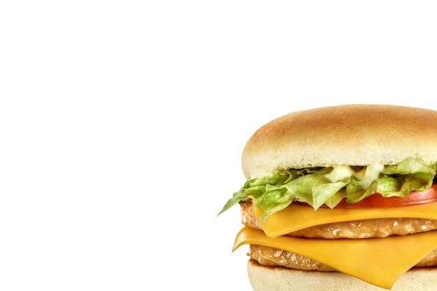 Dubbele hamburger met vleeskoteletten, kaas, tomaat, sla en saus.