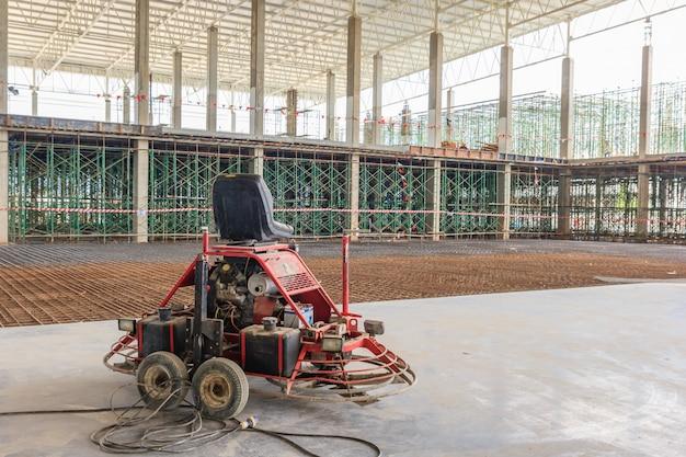 Dubbele machtstroffel het eindigen concrete vloer bij bouw bouwterrein