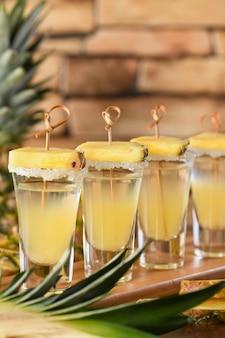 Dubbele shots tropische tequila met ananassap dit is een geweldig feest voor cinco de mayo