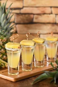 Dubbele shots tropische tequila met ananassapfeestje voor cinco de mayo