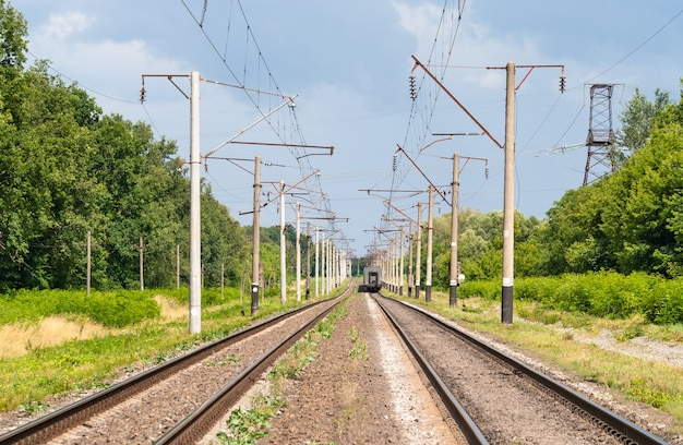 Dubbelsporige geëlektrificeerde spoorlijn in oekraïne