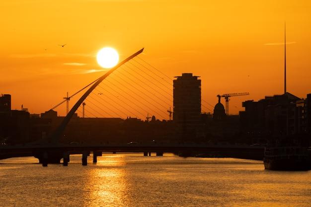 Dublin, ierland - 12 september 2021: zonsondergang bij samuel beckett bridge over de rivier de liffey in dublin, ierland