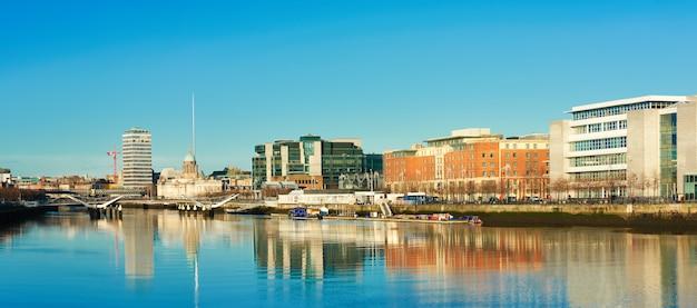 Dublin, ierland, panoramisch uitzicht over de rivier de liffey op een heldere dag