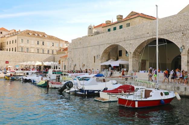 Dubrovnik, kroatië - jules 11, 2019: havenzicht van boten in het oude centrum van dubrovnik