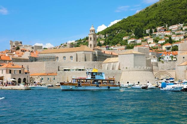Dubrovnik, kroatië - juli 12,2019: dubrovnik oude stadshaven, kroatië.