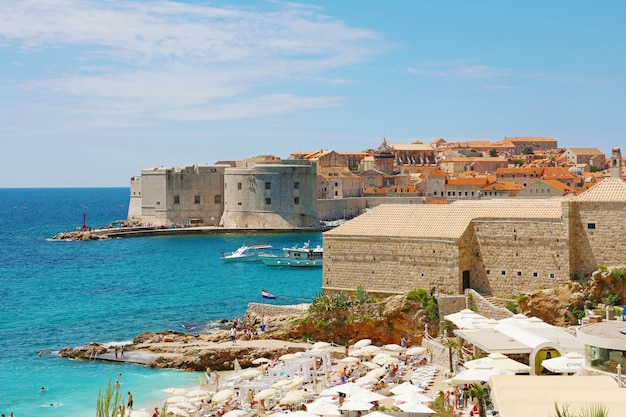 Dubrovnik oude stad en banje strand, adriatische zee, kroatië