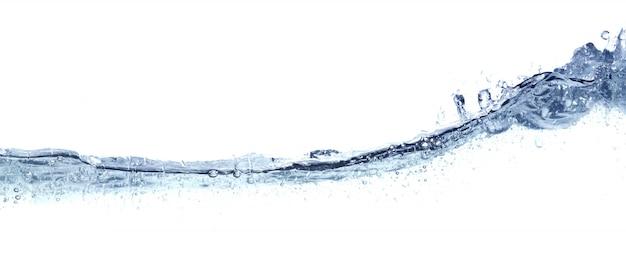 Duidelijk golvend water dat op wit wordt geïsoleerd.