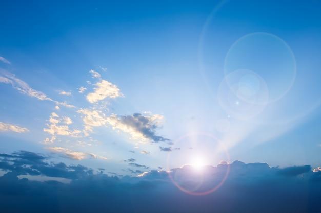 Duidelijke blauwe hemel met bewolkte en len-gloedachtergrond