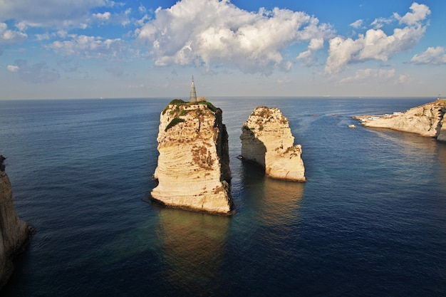 Duifklippen aan waterkant van beiroet, libanon