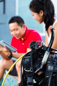 Duik meester en student in aziatische duikschool