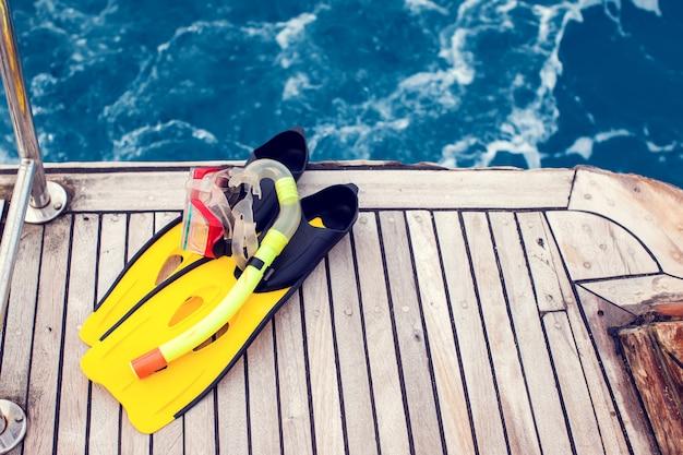 Duikmasker en zwemvliezen op boot