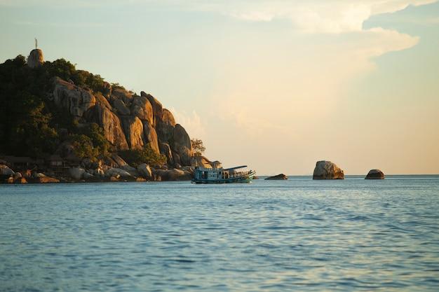 Duikrondvaartboot die rond koh tao vaart, een van de meest populaire reisbestemmingen in het zuiden van thailand