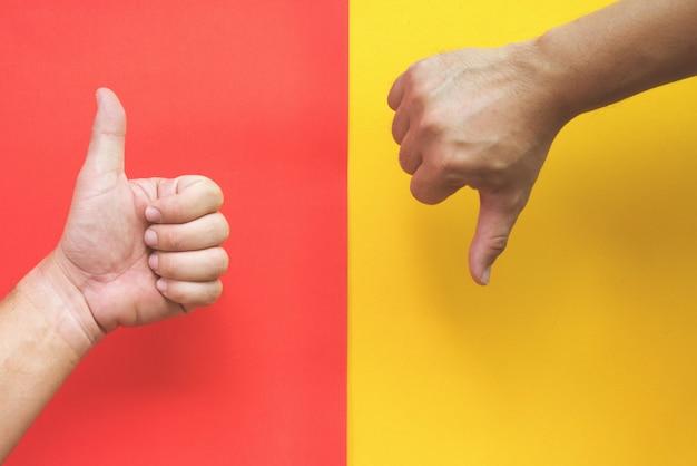 Duim omhoog en duim omlaag op rood en geel