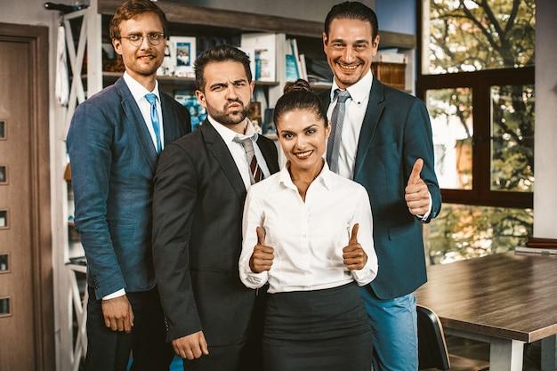 Duim omhoog gebaar van succesvol zakelijk team