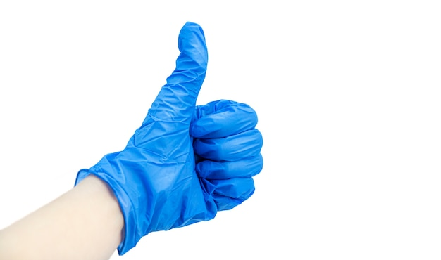 Duim omhoog teken. dien medische blauwe nitrilhandschoen in die op wit wordt geïsoleerd.